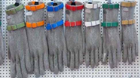 Anuga-FoodTecathome_Productstage_Metall-Handschuhe_1200x675
