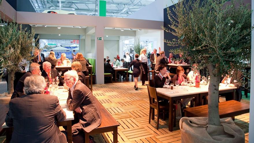 Menschen an Tischen im Restaurant