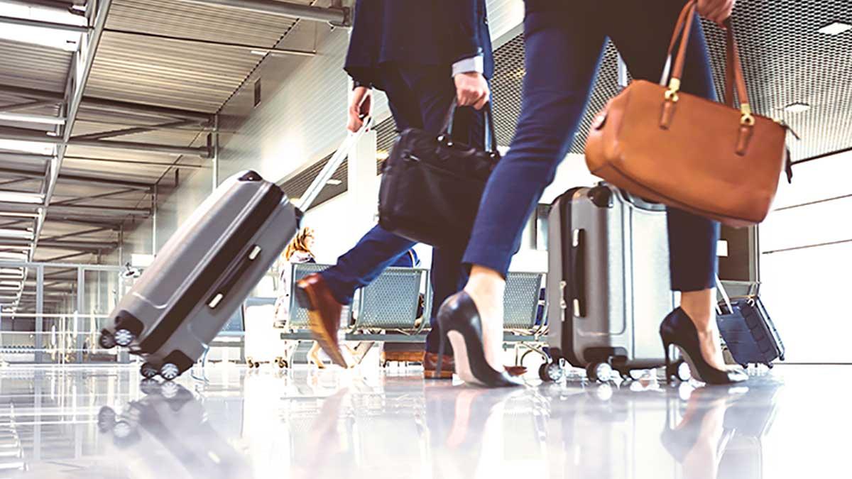 """Menschen mit Gepäck an einem Flughafen, Link zu """"Anreise und Aufenthalt"""""""