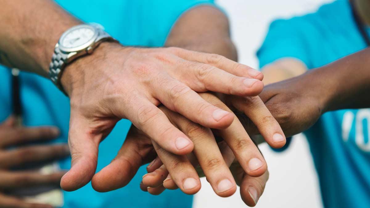 Hände, von verschiedenen Perosnen die in der Mitte zusammenkommen
