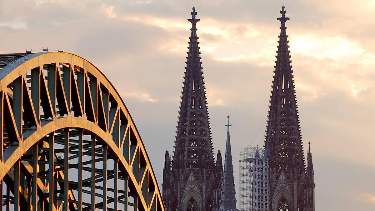 Angeschnittenes Bild der Hohenzollernbrücke und des Doms