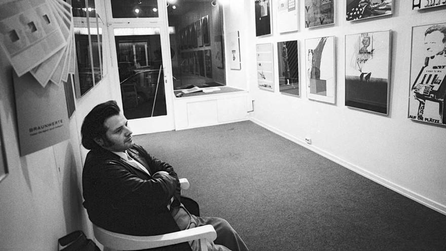 "Helmut Rywelski in the exhibition KONKRETE KRITIK with prints from the portfolio ""Die verbesserte Olympia-Edition"", Galerie art intermedia, Cologne, Dec. 3, 1971, photo: Anita Kloten, ZADIK Bestand A103"