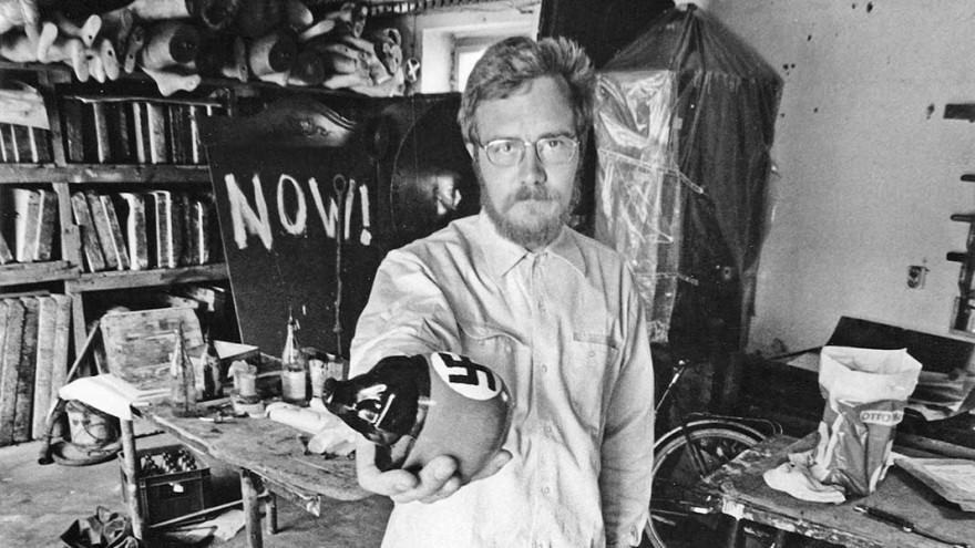 "Hans-Peter Alvermann in his studio with the multiple ""Notstandsschwein"", photo: Wolf P. Prange, ZADIK Bestand H6"