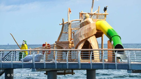 Seebrücke-mit-Spielplatz