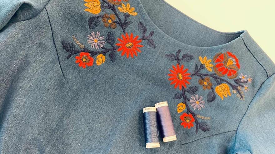 Jeanskleid mit Blumenstickerei am Halsausschnitt