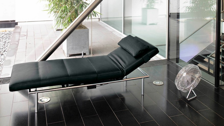 """Chaise lounge """"Campus"""" from ipdesign in leather and chrome"""