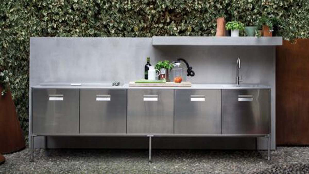 Outdoor kitchen with grill plate and stainless steel fronts