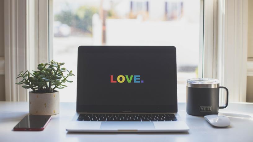 Laptop mit LOVE-Bildschirm in Regenbogenfarben